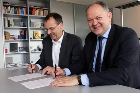 President Michael Pötzl (l.) and Šimun Anđelinović signing the memorandum of understanding.