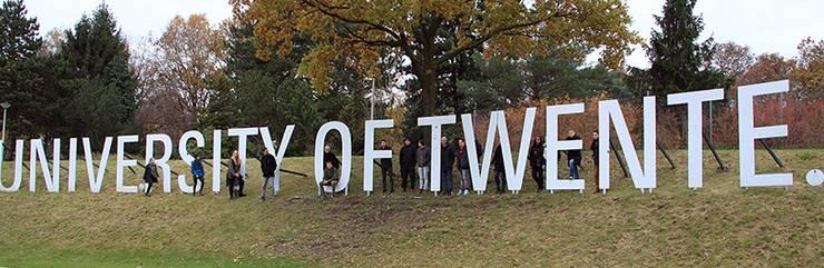 Das Namensschild der University of Twente im Grünen