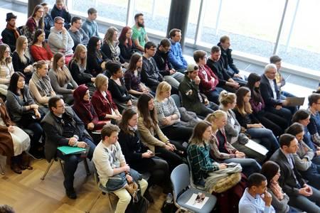 Die Studierenden sitzen in der Aula.