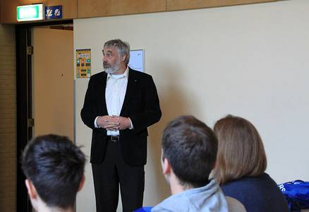 Prof. Dr. Herbert Wormeester spricht vor Studierenden über den Bachelor-Studiengang Advanced Technolgy