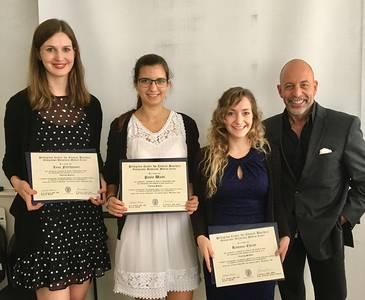 Gruppenbild der drei Studentinnen mit Prof. Dr. James Giordano