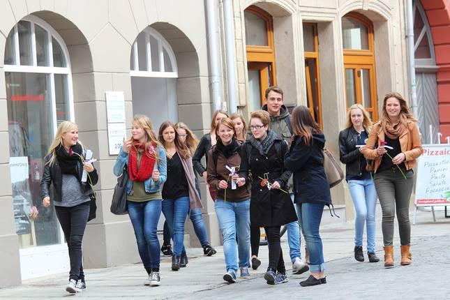 Studierende in der Coburger Innenstadt laufend