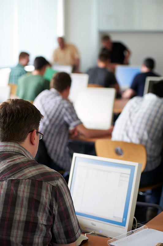 Informatik-Studenten im Computerraum